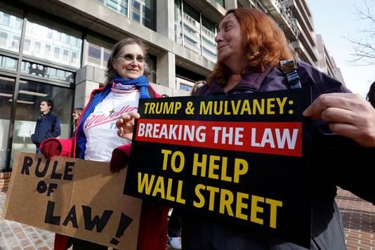 Demonstranten tegen de benoeming van Mulvaney.