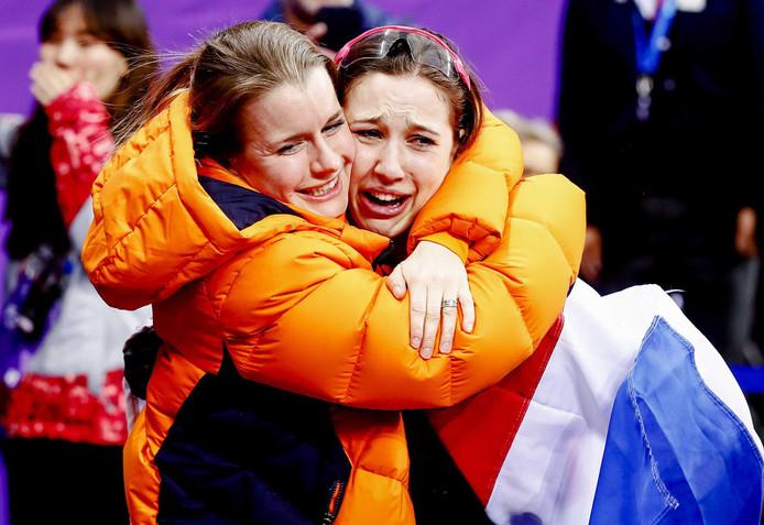 Suzanne Schulting in tranen naar haar goud. Links Yara van Kerkhof.
